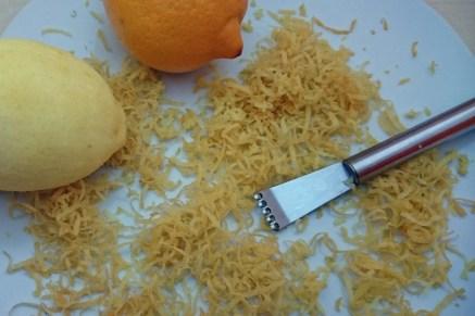 Zitronenschalen entfernen