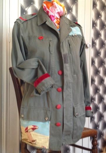 Decors autour du rouge grenat : galons , velours ,boutons recouverts de tissu, bouche en strass ...