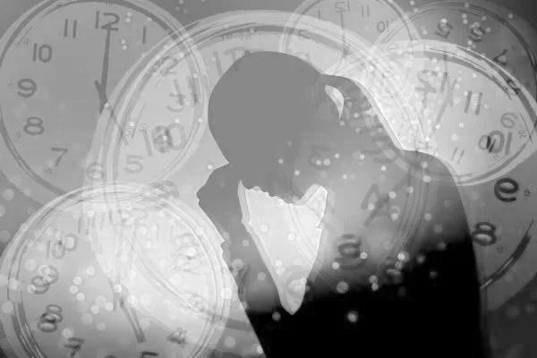 悩む女性 体調不良 未来 過去 時計 時間 頭痛 不安