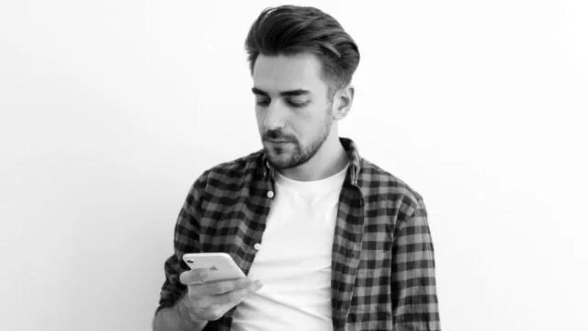 スマホを見る男性 電話 連絡 LINE メール