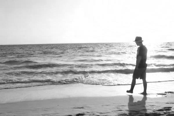 男性 浜辺 海 ビーチ 夕日