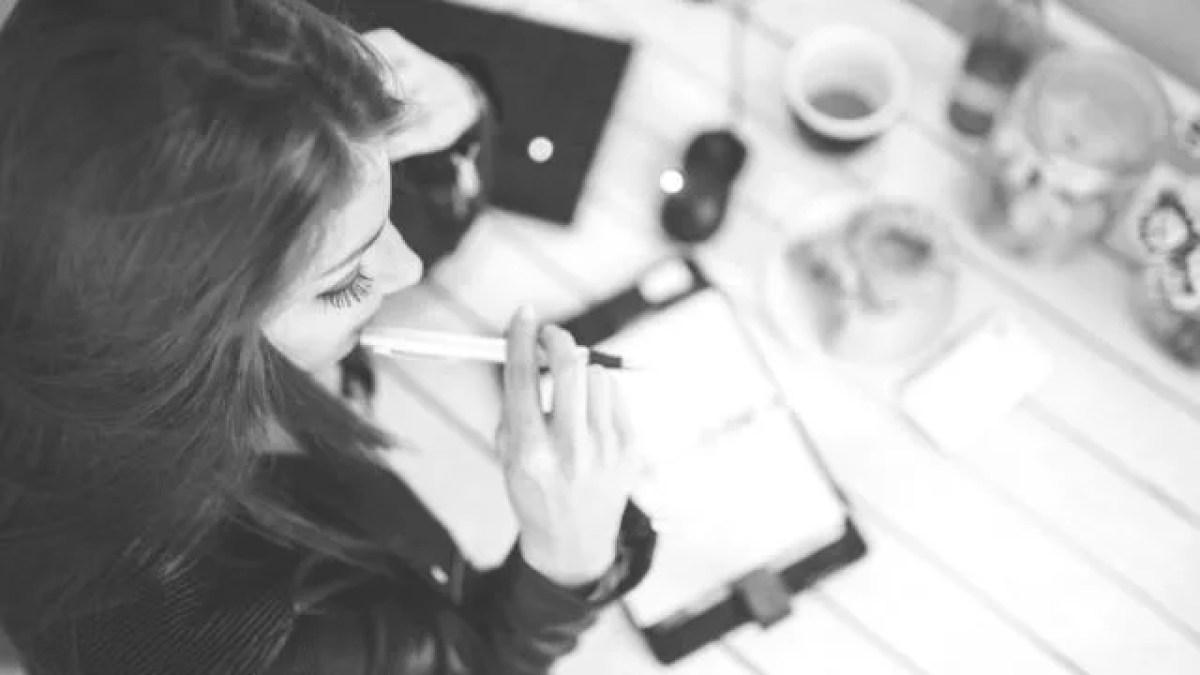 考える女性 仕事 ビジネス