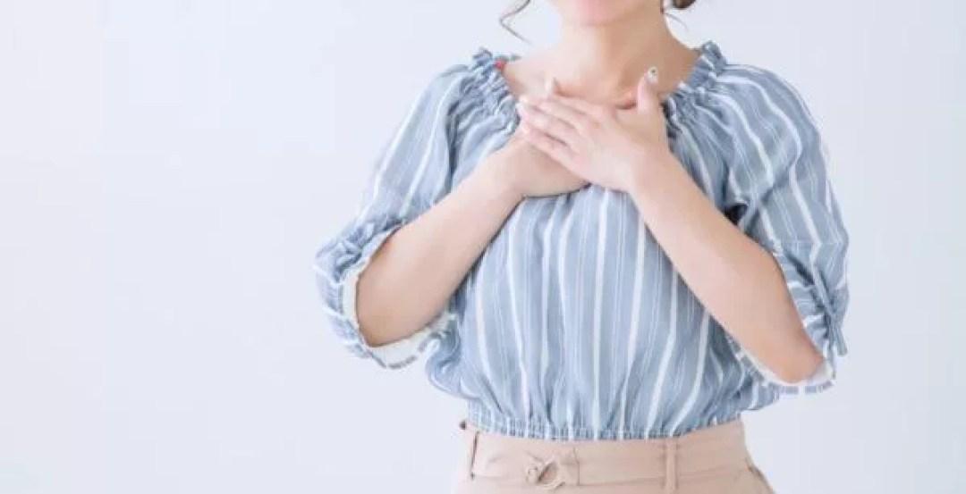 胸に手を当てる女性 祈る
