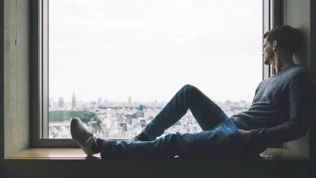 男性 窓辺