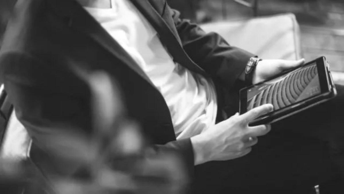 タブレットを見る男性 仕事