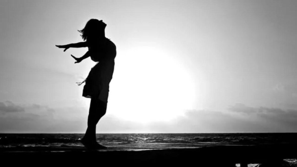 健康的な女性 神秘 光 夕日 希望