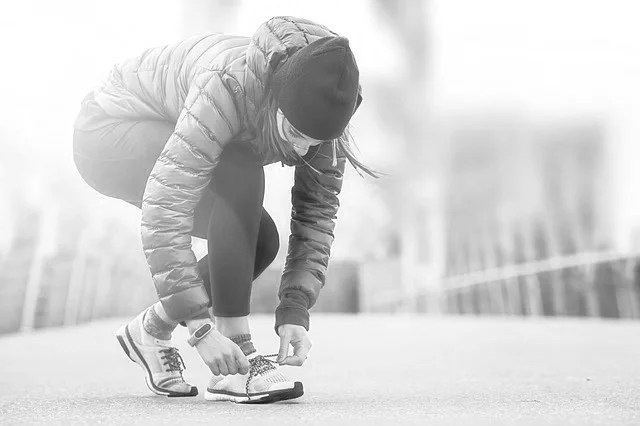 靴紐を結ぶ女性 スタート 始まり 転機
