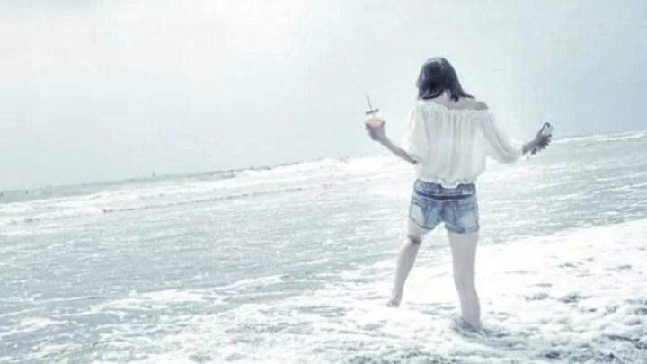 女性 浜辺 ビーチ 海