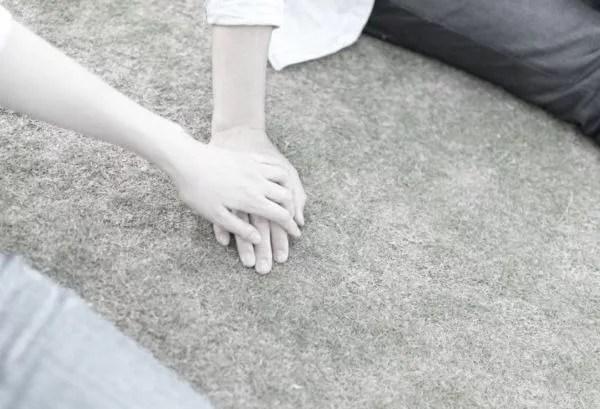 デート カップル 手を触れる 手をつなぐ