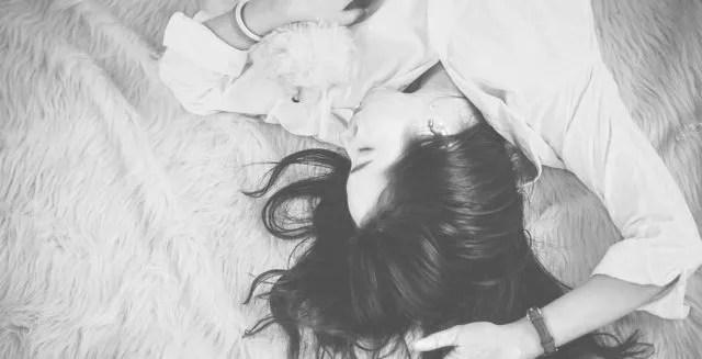 女性 ベッド 寝る 悩み