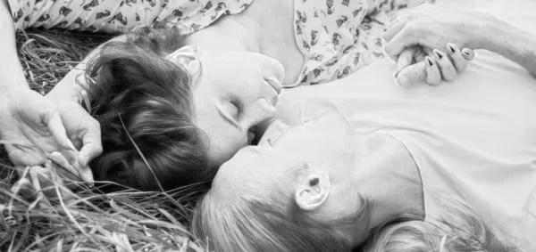 カップル 手をつなぐ 寝る 添い寝 ピクニック