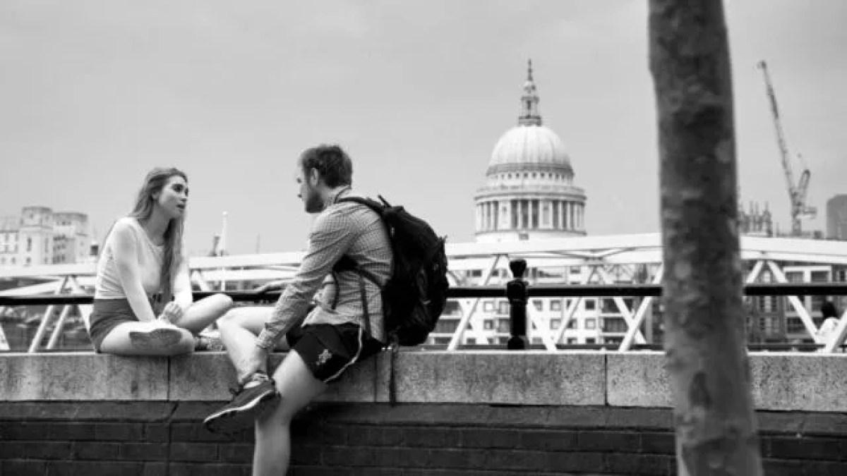 橋の上で話すカップル デート トーク