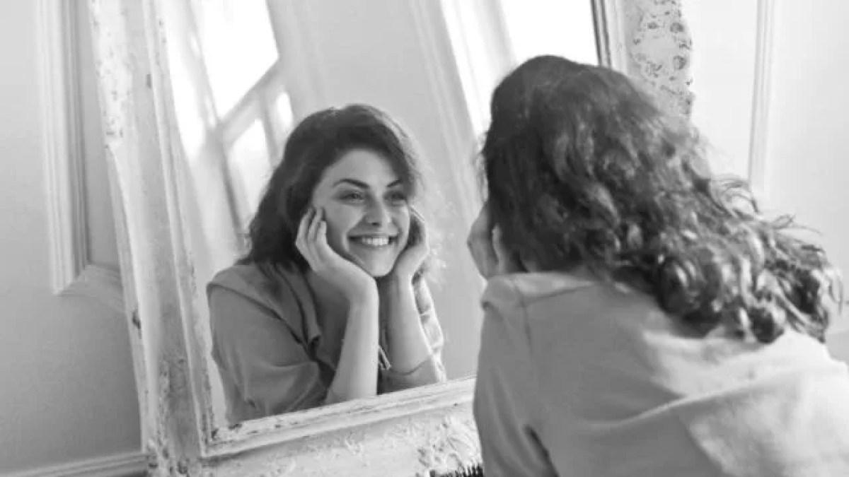 鏡を見る女性 笑顔