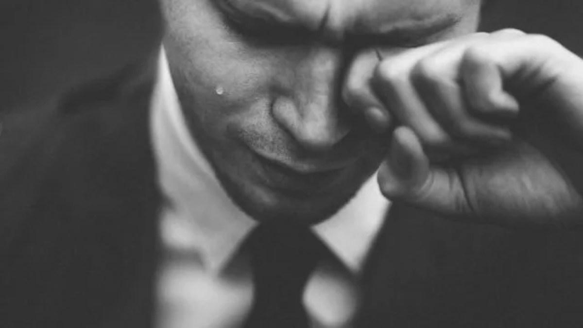 泣いている男性 ビジネススーツ 仕事