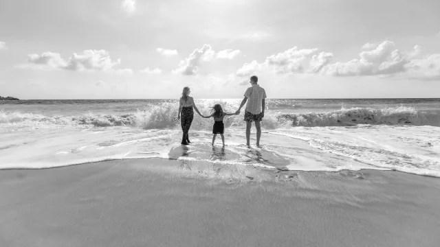 家族で海にお出かけ ビーチ 浜辺 手をつなぐ