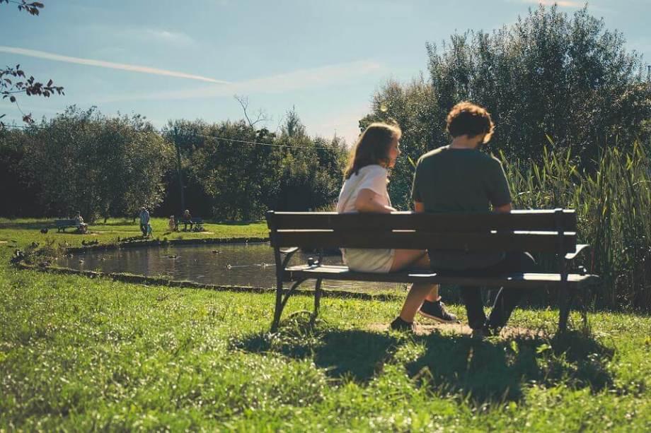 ベンチに座る仮面夫婦