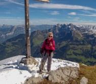 Gipfelkreuz - im Hintergrund der schöne mehrgipflige Mürtschentock