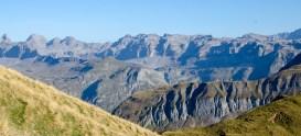Genau in der Bildmitte die Glattalp, links der Ortsstock (2717 m)
