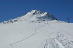 """Die stillgelegte Bergstation """"Uf den Gitschen"""", dahinter das Tagesziel"""