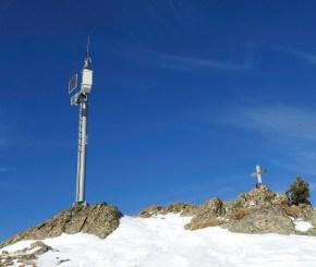 Auf dem Gipfel gleich neben dem Kreuz die bekannte Station für Lawinenmessungen.