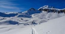 Alp Mädems Hintersäss taucht auf, im Hintergrund links die Pfufisegg, rechts der markante Hochgamatsch 2368 m