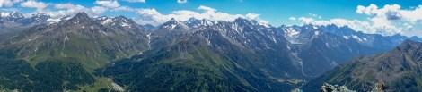 Gipfelpanorama in Richtung Albigna-Stausee, links der Bildmitte das Val Forno