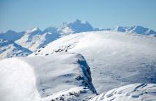 Zoom zu den Walliser 4000ern - der vergletscherte Buckel ist der sog. Lenkergipfel des dreigipfligen Wildstrubel, dessen Gipfelkreuz in der Vergrösserung zu sehen ist.