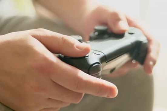 テレビゲームを楽しむ