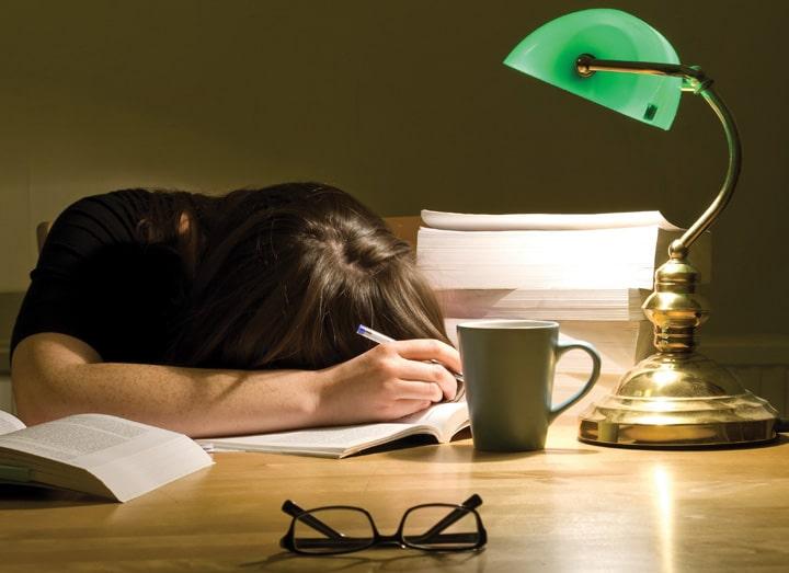Resultado de imagem para pessoa estudando com sono e preguiça