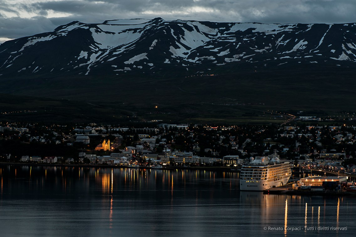 The Akureyri see front viewed from across the Fiord. Nikon D810, 105 mm (16.0 mm ƒ/2.8) 1,3 sec ƒ/8 ISO 64