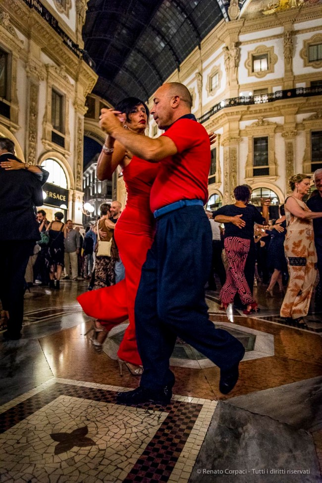 An evening of Tango in the Milano, Galleria Vittorio Emanuele II, June 2018. Nikon D810, 24 mm (24-120 mm ƒ/4) 1/125 mm ƒ/4 ISO 11400