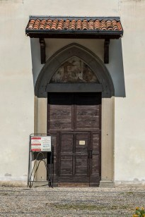 """Il portale marmoreo in stile neogotico, con la lunetta affrescata. Nikon D810, 105 mm (105 mm ƒ/2.8) 1/320"""" ƒ/8 ISO 64"""
