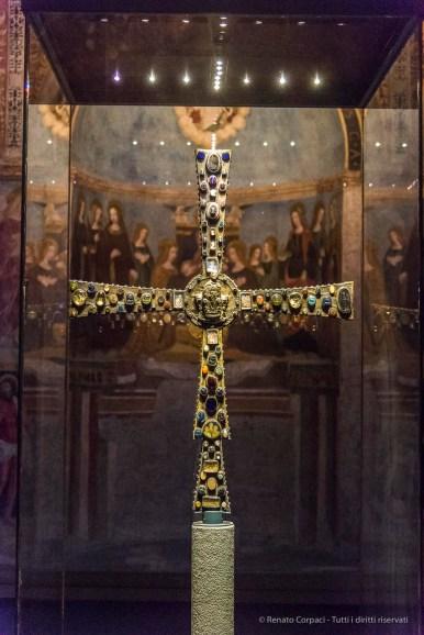 "Cross of the Lumbard king Desiderius. Cappella circolare di Santa Maria in Solario. Nikon D810, 62 mm (24-120.0 mm ƒ/4) 1/125"" ƒ/4 ISO 12800"