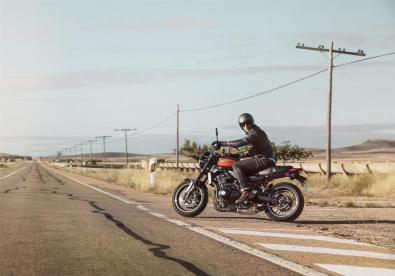 Kawasaki-Z900RS-2018-Side-of-The-Road