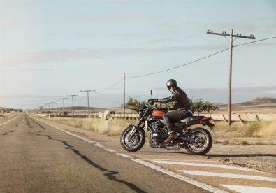 Kawasaki-Z900RS-2018-Side-of-The-Road