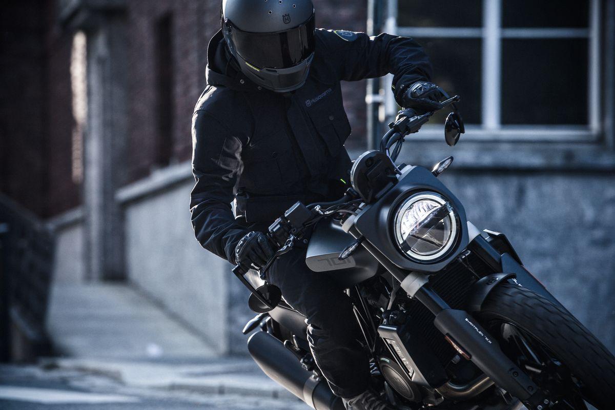 Svartpilen 701 rider with Bell Eliminator 2019