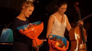 Béatrice Berrut & Camille Thomas recevant des fleurs en fin de concert (Fleurs de chez Battement de Fleurs)