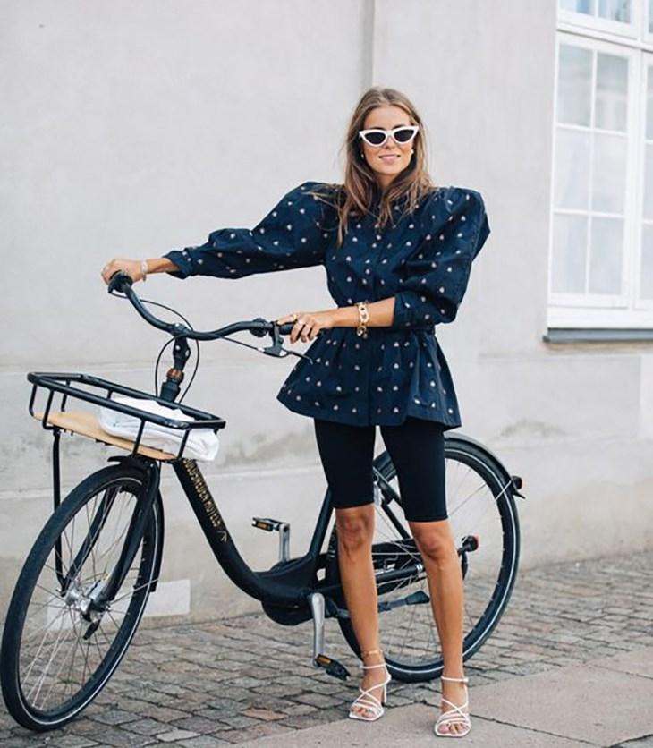 jonge vrouw in bike short en fiets