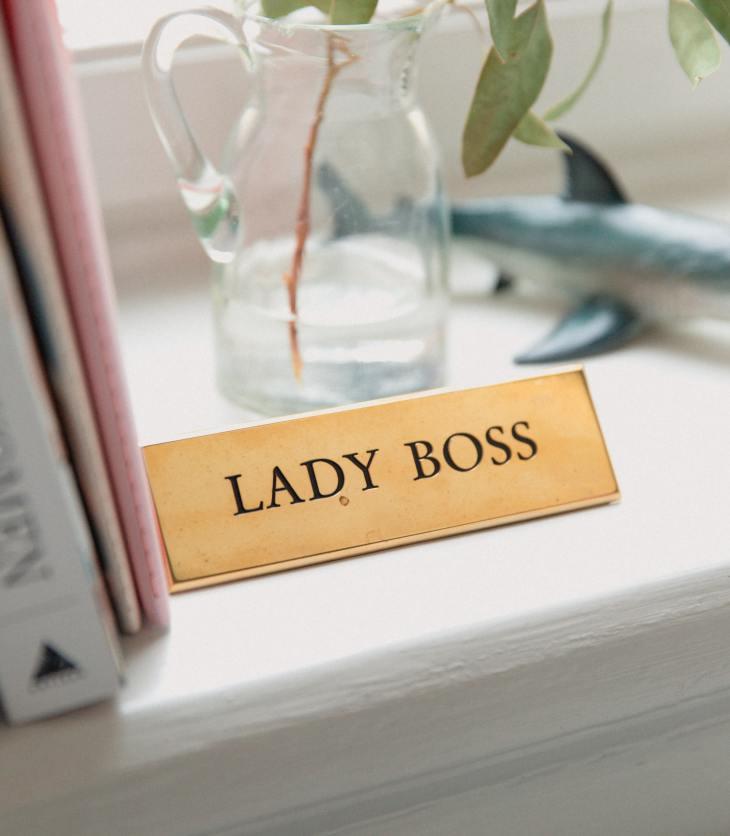 lady boss naambordje