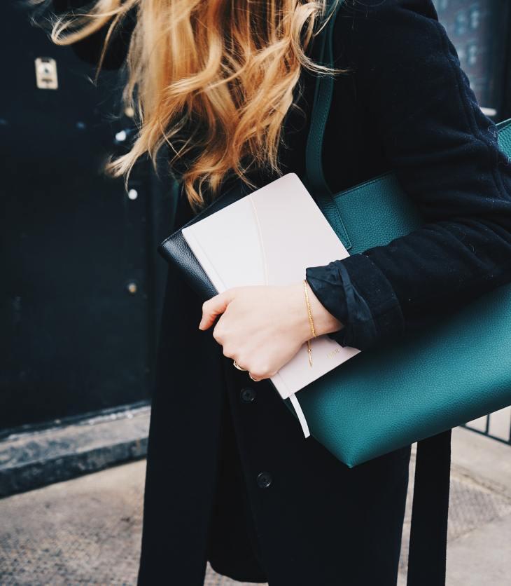 jonge vrouw met notitieblokjes