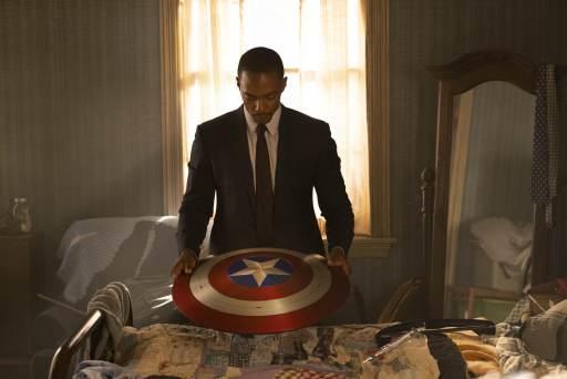 Sam Wilson, der Falcon, hält Captain Americas Erbe in Händen (Photo by Chuck Zlotnick. Marvel Studios 2020. All Rights Reserved.)