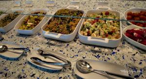 dsc_8869_food-service-line-salads-delta-skyclub