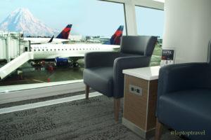 dsc_8873_chairs-gate-side-delta-skyclub-power-outlets-mount-rainier