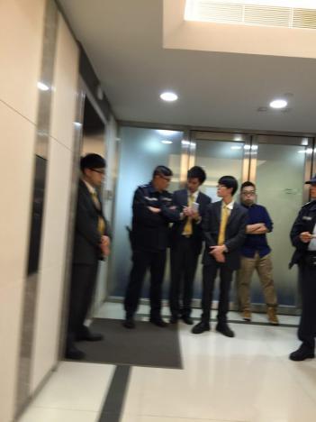 現場來了三名軍裝一名便衣警察。