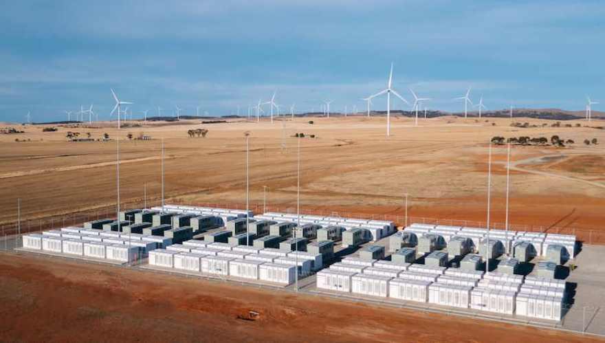 A grande bateria de Tesla – a maior instalação de armazenamento de bateria de lítio-íon do mundo até o momento – foi ativada oficialmente no sul da Austrália na sexta-feira, dia 01º de dezembro de 2017, um dia depois de já ter demonstrado seu valor injetando energia na rede durante um pico de consumo da tarde anterior. Fonte: Reneweconomy