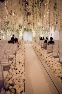 Adorable Winter Wedding Ideas For Decorate Your Party 40