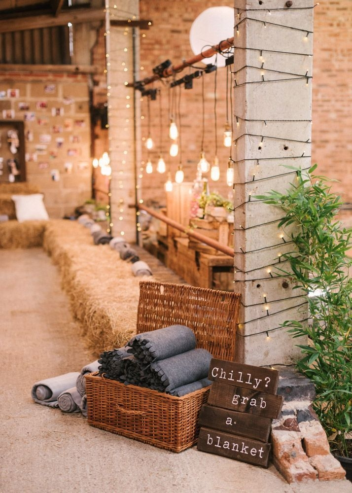 Adorable Winter Wedding Ideas For Decorate Your Party 47