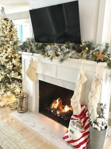 Favorite Winter Decorating For Fireplace Ideas 27