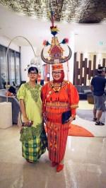 Dengan Mbak Mita dari teronggemuk.com yang total dengan pakaian Toraja-nya.