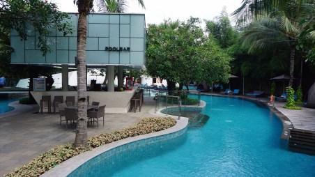 Bahkan, ada pool bar di tepi kolam.